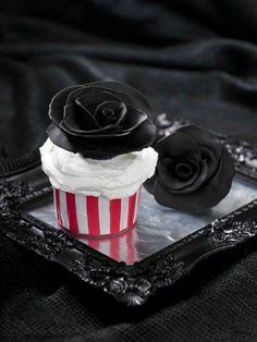f9ab5b0e58ef95439fdbe8b9e8482940--black-cupcakes-gothic-cupcakes