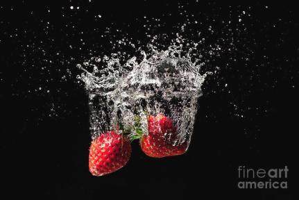 strawberry-fruit-big-splash-into-water-simon-bratt-photography-lrps